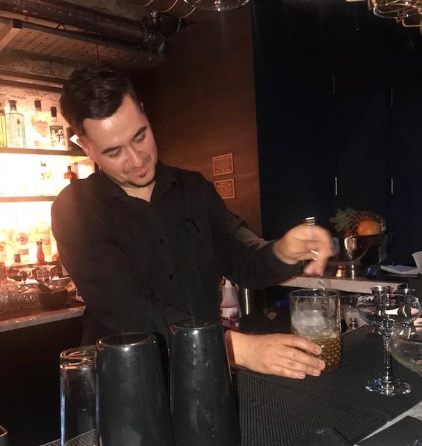 Vald barman mixing drink